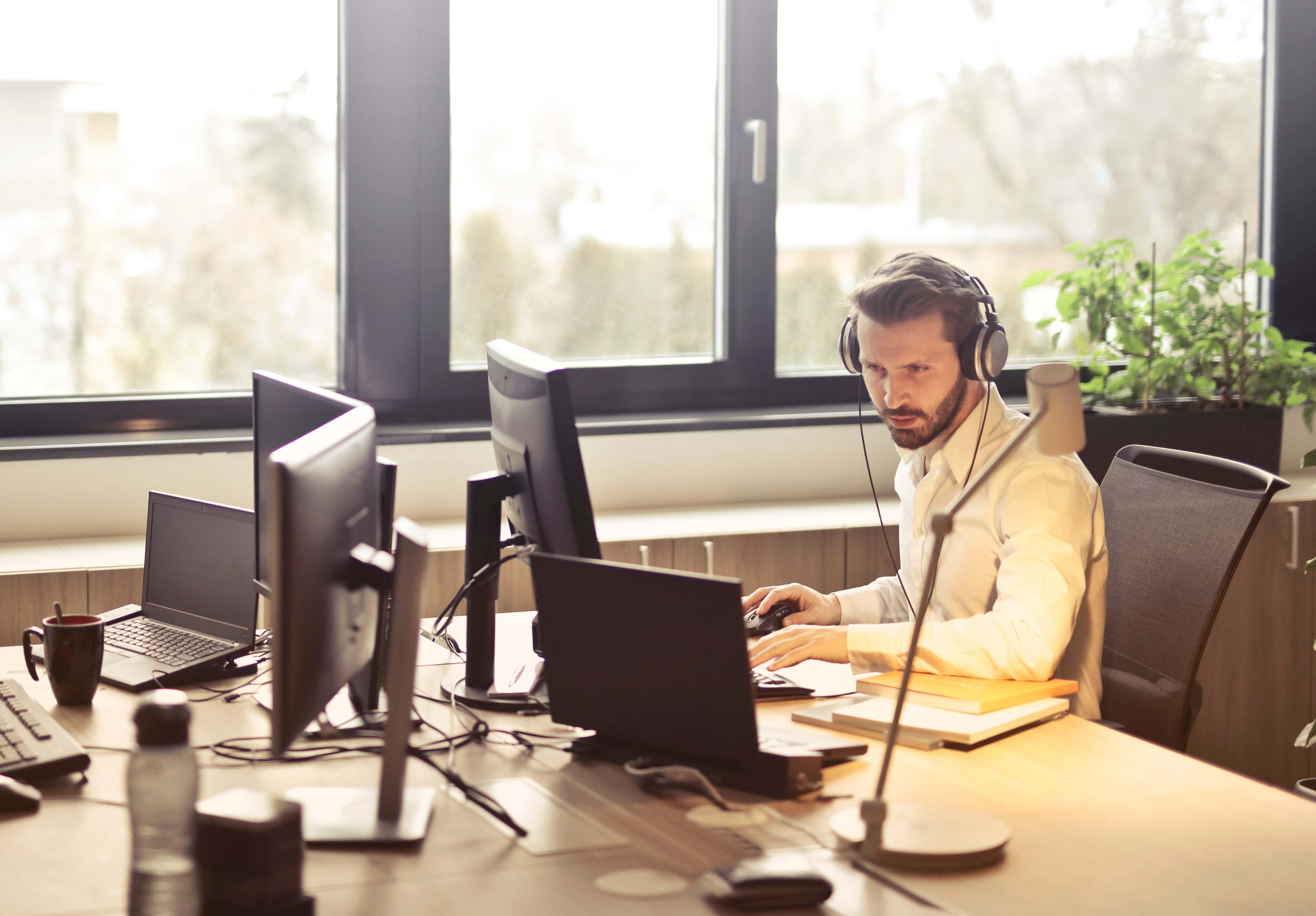 Photo d'un utilisateur dans un bureau avec un casque d'écoute